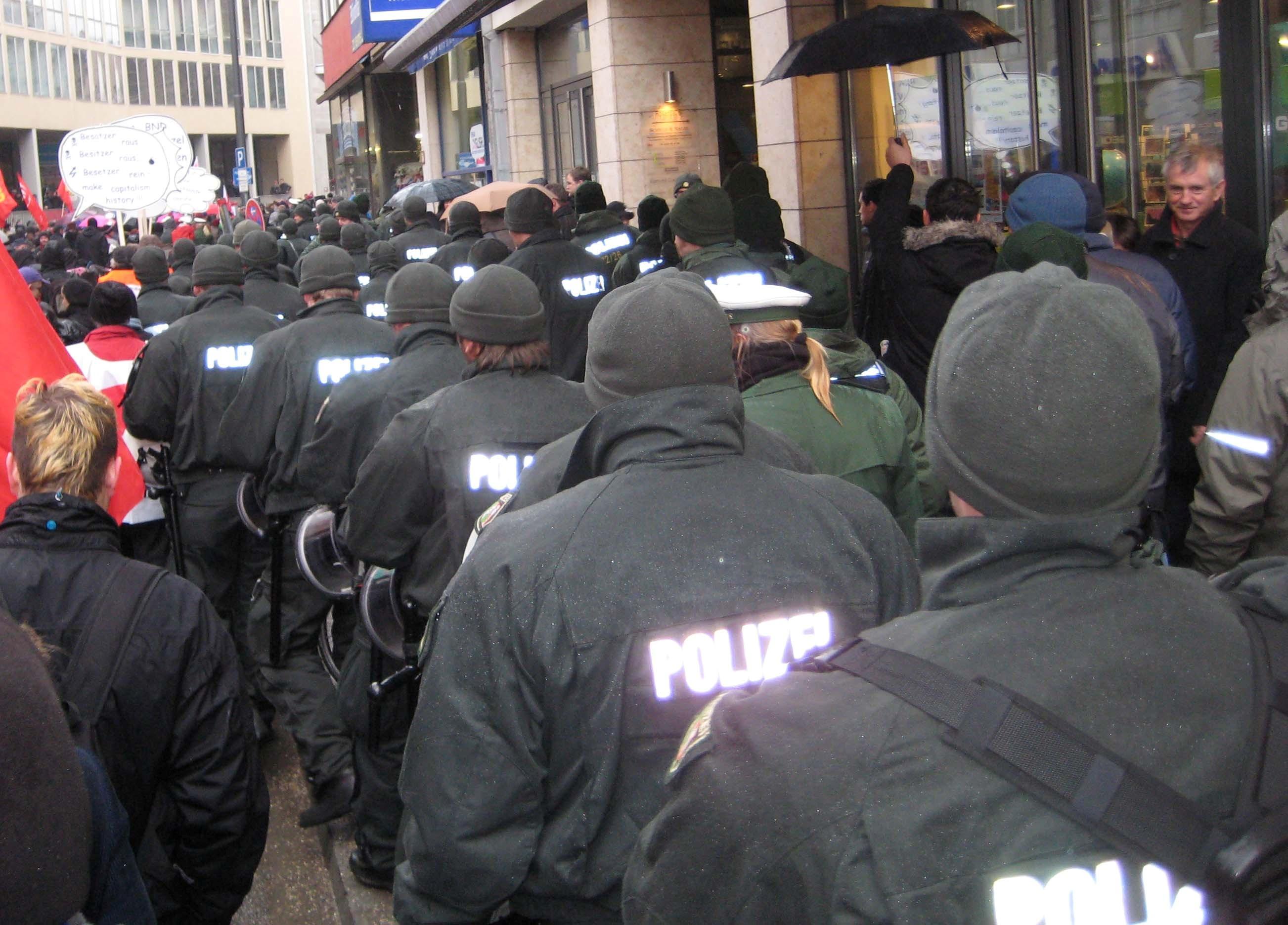 Polizei auf langem Marsch